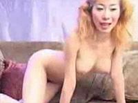 Süßes Asia Girl pisst ins glas
