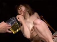 Asia Girl zum Pisse trinken gezwungen