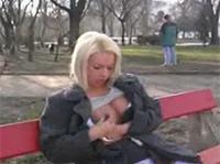 Blondine steht auf Pissen im Freien