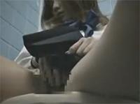 Asia Girl masturbiert aufm Klo