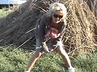 Blondine beim Outdoor Pinkeln