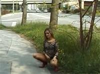 Girl beim Outdoor Pissen