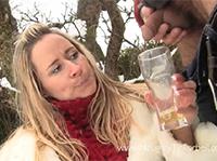 Versaute Blondine trinkt gerne Pisse