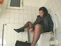 Elite Girl masturbiert auf dem Klo