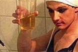 Transe trinkt ihren Urin
