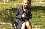 Blondine pisst im Park