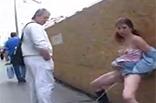 Mädchen beim öffentlich pissen