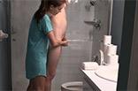 Dominante Schlampe mit Sklaven auf Toilette