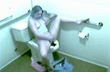 Junge Blondine masturbiert auf Klo