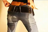 Versaute Blondine pisst in Jeans