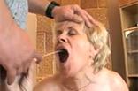 Pissgeile Oma wird ins Maul gepinkelt