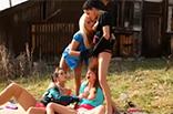 Freundinnen pinkeln outdoor
