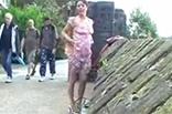 Geile Mutter pisst in Öffentlichkeit