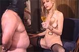 Sexy Domina pisst vor Sklaven
