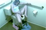 Masturbieren auf öffentlicher Toilette