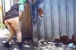 Russische Oma beim outdoor Pissen