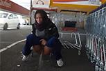 Deutsches Pissluder am Einkaufsmarkt