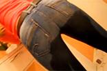 In Jeans pissen macht sie scharf