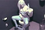 Junge Blondine fingert sich auf Toilette