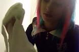 Emo Girl pisst aufm Klo
