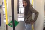 Versautes Teen pisst neben Zug