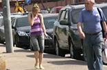 In Jeans pissen in Öffentlichkeit