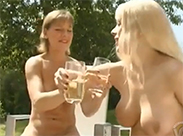 Beste Freudinnen trinken Eigenurin
