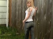 Punk Luder wird in Jeans pissen