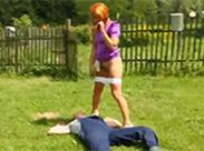 Redhead fickt und pisst beim Bauern