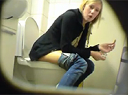 Teenie Girl auf Toilette ausgespannt