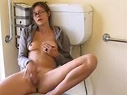 Meine Freundin masturbiert aufm Klo