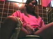 Schwarzes Girl masturbiert auf Klo
