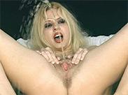 Sexy Blondine pisst verdammt geil