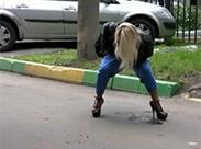 Russisches Girl strullert draussen