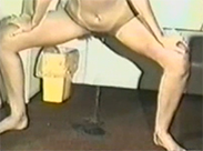 Vintage Schlampe pisst auf Teppich