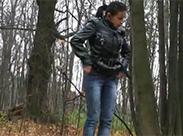 Brünettes Luder im Wald