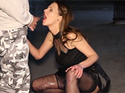 Amateur Schlampe schluckt öffentlich