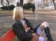Perverse Schlampe pisst im Park