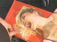 Scharfe Blondine am Pisse saufen