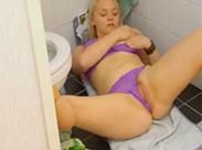 Blondine wird auf Toilette geil