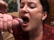 Oma angepisst und anal gebumst