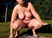 Nackte Mutter pisst im Garten