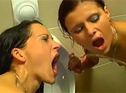 Auf der Herrentoilette wird es feucht