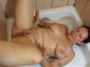 Hausfrau wird sich in Dusche anpissen
