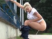 Sexy Blondine beim outdoor pissen
