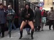 An der Bushalte öffentlich pissen
