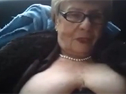 Perverse Oma wird im Auto urinieren