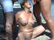 Nackte Milf am Strand angepisst
