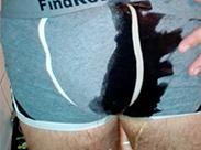 Gay pinkelt sich die Hosen nass