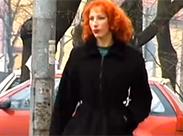Sexy redhead Milf wird draussen pinkeln